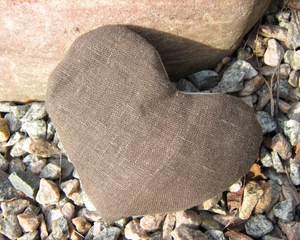,Lyst litet vetehjärta i brunt lin